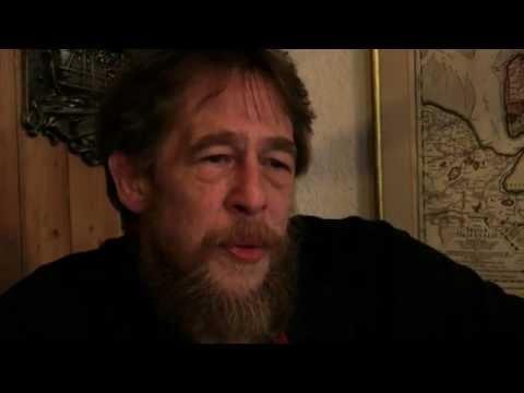 Roland Rath ist der Leiter des #Piratenamueseums in #Wilhelmshaven. Auf künstlerische Art und Weise und in Form von einer beeindruckenden gestalteten Raumcollage beschäftigt er sich mit dem Thema #Piraten und nimmt alle die aufs Korn, die dieses Thema für falsche Zwecke missbrauchen. Was das Ziel seines Amüsuems ist, welche Piraten sich in Wilhelmshaven versteckt haben und warum der Ex-Marine-Koch im #Watt gerne sammeln geht, erzählt er uns in diesem Video. #WattWiki