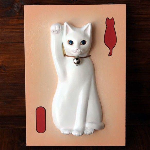 壁掛け招き猫のお手製髭入れキットです。13.CATS.WORKS×YO-COのダブルネームです。お客様ご自身で招き猫にお髭を挿して文字を書き込み完成させる手作りキットです!こちらの商品は、とても珍しいタイプの招き猫の手作りキットですよ!【作り方】①油性マジックなどでお好きな文字や愛猫ちゃんのお名前を書く。②愛猫ちゃんのお髭に接着剤をたっぷりつけて穴に挿していく。これで完成です!どんな文字を書くのか考えるのも楽しみの1つですね! 「商売繁盛」「千客万来」など、招き猫にぴったりな言葉にするか、愛猫ちゃんのお名前にするか、他にもお好きな言葉や、他にも色々あなたのアイデア次第です。とっても簡単に作れますので、ぜひ、世界に一つのあなただけの招き猫を作ってください!お髭を入れた瞬間に猫ちゃんにグッと命が吹き込まれますよ。 作ってすぐに壁にかけれるように三角吊金具がついています。 猫ちゃんのお髭をずっとアートの一部として飾っておけますので、嬉しいですね。…