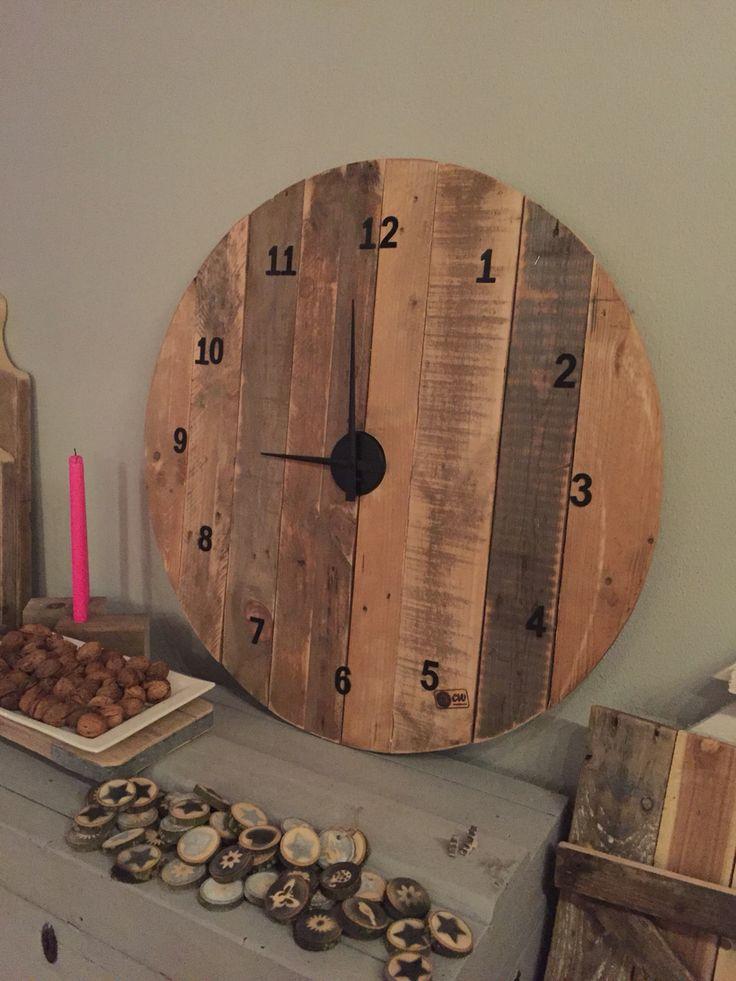 Houten klok gemaakt van pallet/sloophout