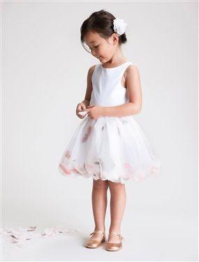 Une petite danseuse au firmament de l'élégance pour un cortège d'exception ! Grâce à son ouverture côté, vous pouvez personnaliser votre robe en gliss
