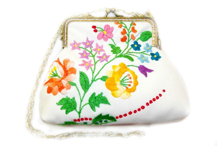 Beautiful piece of embroidered tablecloth (Hungarian style- called 'kalocsai') has been recycled for the front size of this little bag. The back side of the bag is light pink with polka dots. As the lining inside. There is fleece between the 2 fabrics so this clutch is soft and padded. It comes with a chain.Frame size: 12 cmBag size: 15 x 18 cm