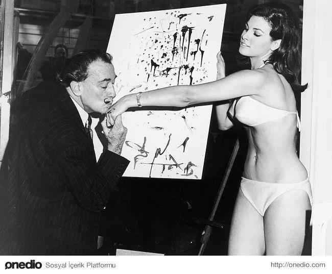Salvador Dali ünlü aktris Raquel Welch ile, yıl 1965