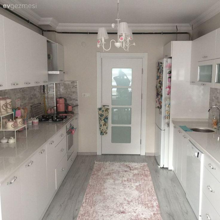 Yeni evini yaptırırken, alanı mobilyalarına ve kullanımına uygun olarak düzenleme imkanına sahip olan Nevin hanım, her bölümünü kullanabildikleri, rahat ve sıcak bir eve sahip olmak istemiş. Ana pland...