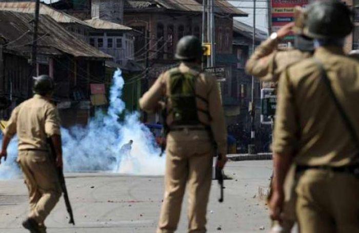 Polisi India Tewaskan Tiga Orang saat Bentrokan Kashmir Meningkat : Polisi India telah meluncurkan gelombang baru melalui tindakan keras terhadap orang-orang di Kashmir dimana laporan mengatakan tiga orang lagi tewas dalam baku tembak y
