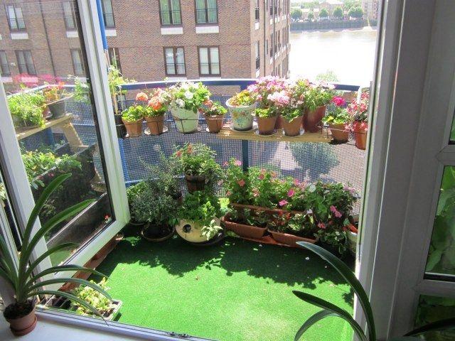 gazon artificiel pour tapisser le sol du balcon