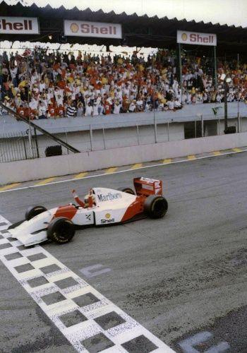 O primeiro deles: a superação contra as poderosas Williams de Alain Prost e Damon Hill (com alegria evidente na chegada de braços levantados)