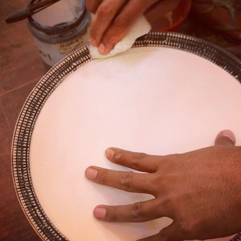 How to stain a textured border ... easy technique with wonderful visual aesthetic! . Tap for 🎶 . . . . . #gayaceramic #gayacac #video #clay #ceramics #ceramic #porcelain #pottery #ceramica #carving #texture #handmade #art #style #homedecor #homeware #decor #michelinstar #interiordesign #interior #decoration  #tableware  #foodprops #hotel #hospitality #plate #bali #ubud #instacool #instavideo @pottery_videos @insta_pottery @potterymakinginfo