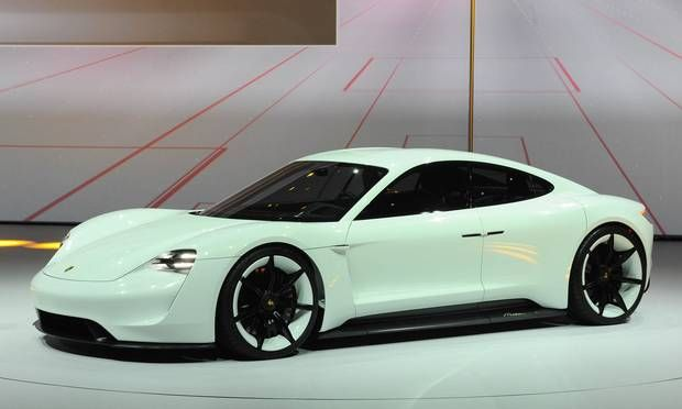 Porsche Mission E har tråde til 918 Spyder. Den vil kunne lades op til 400 km kørsel på et kvarter. Fuld rækkevidde er 500 km. PR-fotos #Porsche #cars #biler