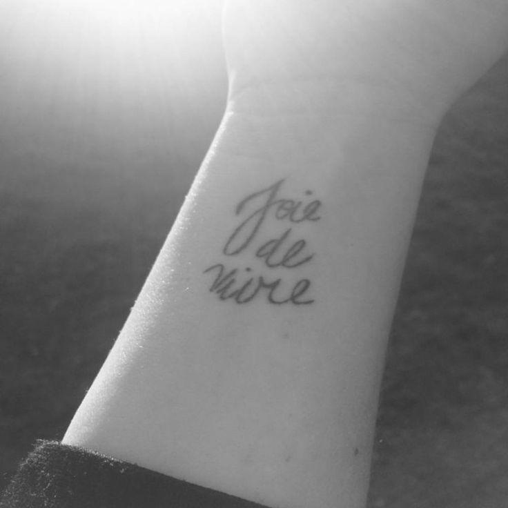 Joie de vivre https://tattoo.egrafla.fr/2015/11/10/modele-tatouage-phrase-amour-francais/