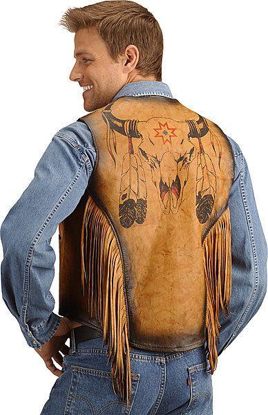 Ковбойский кожаный жилет с рисунком бычьего черепа Жилет выполнениз настоящей коровьей кожи специальной выделки! Рисунок бычьего черепа на спине, в стиле коренного индейского населения США. Кожаная бахрома и оригинальная расцветка придают этому жилету неповторимый колорит. Подкладка жилета выполнена из атласа.