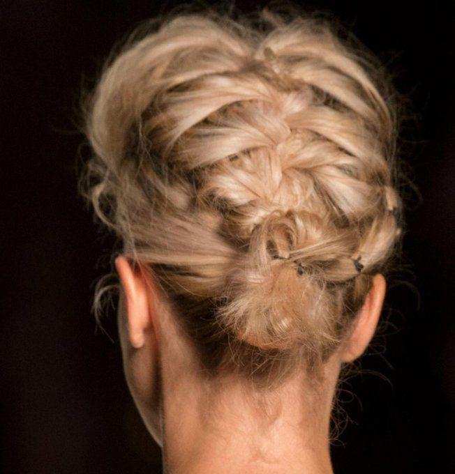 La tresse française inversée du défilé Leitmotiv comme coiffure à porter sous un bonnet