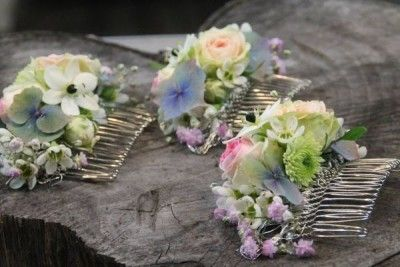 Floral colorful hair accessories for wedding designed by Blickfang Tropp Austria