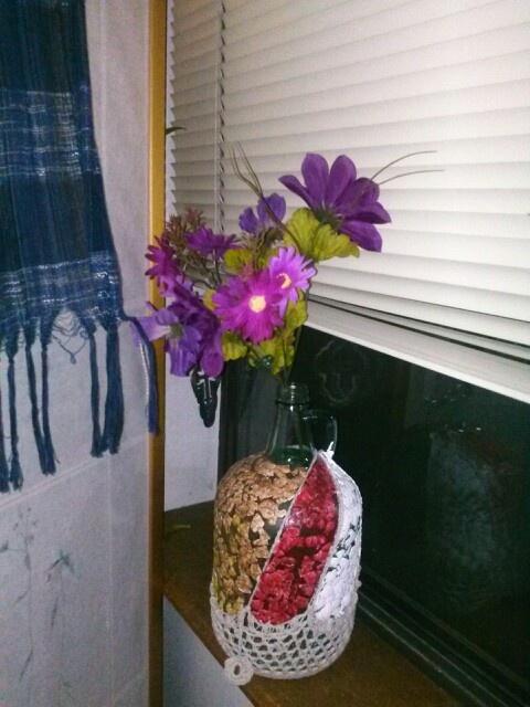 Otra forma de reciclar botellas de vidrio y decorando con - Flores de plastico ...