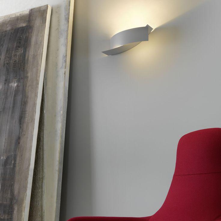 Dos placas de metal curvado componen esta lámpara de pared, cuyo diseño se inspira en el modelo realizado para el Kiasma Museum de Helsinki por el mismo Steven...
