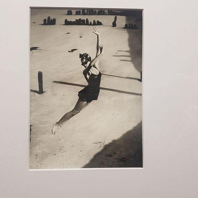 Mario Cohen (@galeriamariocohen) galerista especializado em fotografia traz para São Paulo uma seleção de obras do renomado fotógrafo de moda Norman Parkinson! Ele fez carreira desde os anos 1930 e foi na época importante colaborador da @harpersbazaarus. No momento em que comemoramos 150 anos vale uma visita à galeria para apreciar as belas imagens que contam muito bem um pouco da história da publicação. (Por @rodrigoyaegashi e @raspiniella)  via HARPER'S BAZAAR BRAZIL MAGAZINE OFFICIAL…