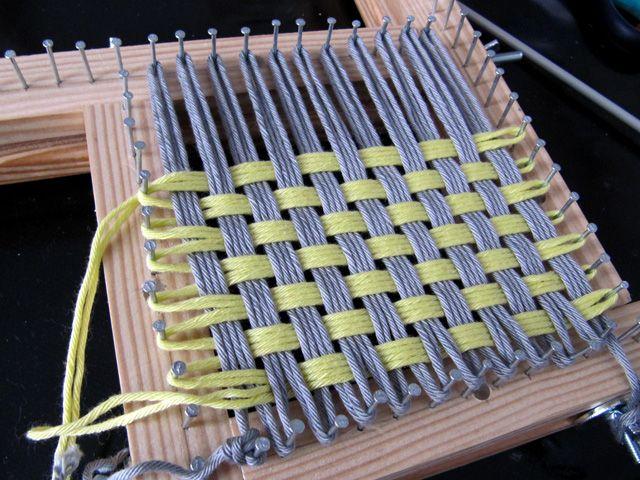 Aquí veis el telar de bastidor en acción. Estoy preparando un taller para este sábado en iFil , la tienda de lanas Katia  de Gracia. Es ...