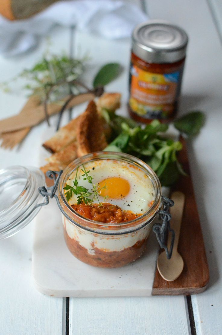 Oeuf cocotte à la sauce aux olives Méditerranéenne #recette #repas #oeuf #sauce #olives #méditerranéenne #Tramier #huile #sel #poivre