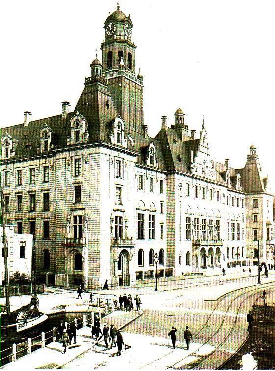 Het pas voltooide stadhuis en een stukje Coolsingel dat nog niet gedempt is in 1920. De fotograaf is onbekend en de foto is van de volgende website: http://members.chello.nl/marinushuisman/index39.html