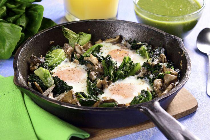 Esta receta de huevos a la cazuela fácil acompañados de lechugas y espinaca con setas será la opción más rápida para preparar en la mañana sin que te quite mucho tiempo, además van bañados en salsa verde para que los disfrutes mucho. No dudes en prepararla.