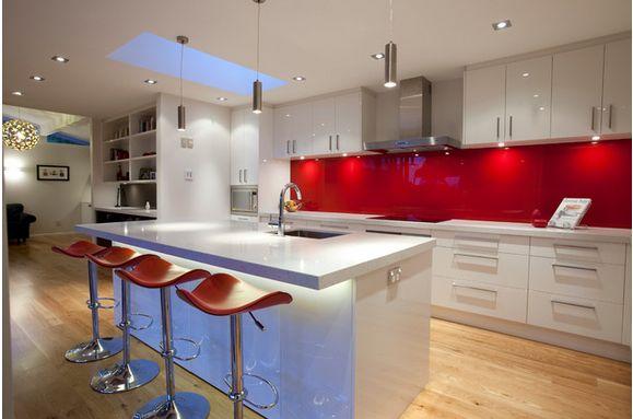 Cozinha moderna com painel de acrílico vermelho
