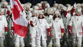 La délégation canadienne à Turin comprenait 196 athlètes (110 hommes et 86 femmes). Il s'agissait de l'équipe la plus nombreuse à représenter le Canada à des Jeux olympiques d'hiver et de la deuxième équipe en importance à participer aux Jeux olympiques d'hiver de 2006, après les États-Unis d'Amérique, avec 211 athlètes. L'équipe a réalisé la meilleure performance du Canada à des Jeux olympiques d'hiver et a atteint l'objectif d'un classement parmi les trois premiers pays en terminant en…