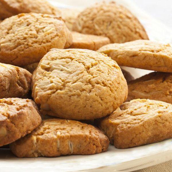 Estas galletas de turrón resultan deliciosas y crujientes. Es una forma diferente de servir el turón a tus invitados o aprovechar los restos de turrón.