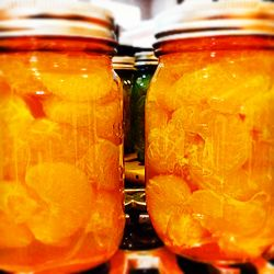 МАНДАРИНОВОЕ ВАРЕНЬЕ С ДОЛЬКАМИ — 2 килограмма очищенных мандаринов — 2 килограмма сахарного песка — 2-3 палочки гвоздики — сок 1 крупного лимона — 2 литра воды