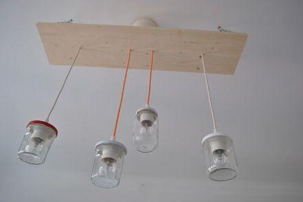 Lustre avec 4 pots de confitures, sur planche de bois de sapin brut et huilée à l'huile de lin. Chaînes en acier. Hauteur des suspensions ainsi que des chaînes réglables. C - 9120545