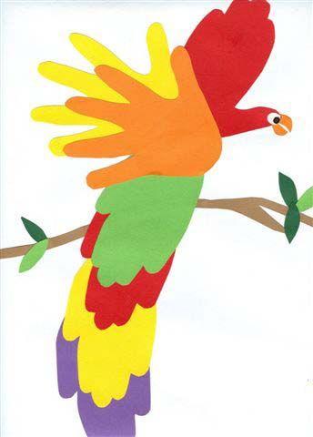 Un pappagallo fatto con le impronte dei bambini.
