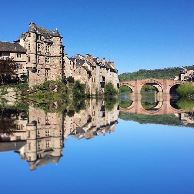 Espalion étape sur les chemins de Saint-Jacques, petite ville au riche patrimoine. Comme @cecile_petit_decelle partagez vos images avec #TourismeMidiPy. #france #igersfrance #aveyron #tous_en_aveyron #espalion #tourismeoccitanie