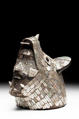 3/ POST - Cabeza-coyote. 13 cm. TC, offrande Tula, sanctuaire semi-circ, évoque ceux aztèques. ♂ barbu émerge de la gueule d'un animal à connotation terrestre. C plumbate, plaquettes de coquillages taillés pour plumes, yeux obsidienne, dents os. Image du guerrier à Teo (vase thin orange tripode) ordre associé à Tlaloc, existaient à Tula? Plutôt sous Quetzalcoatl, tj une barbe quand anthropo. Narwal, être de nature double, chaque humain a une contre partie animale (canidé, rapace, jaguar).