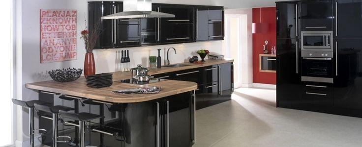 cuisine noire et bois, meubles laqué noir et bois massif, cadre design et sol carrelé