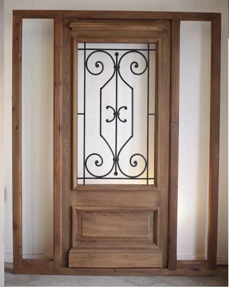 puerta  de entrada con madera antigua