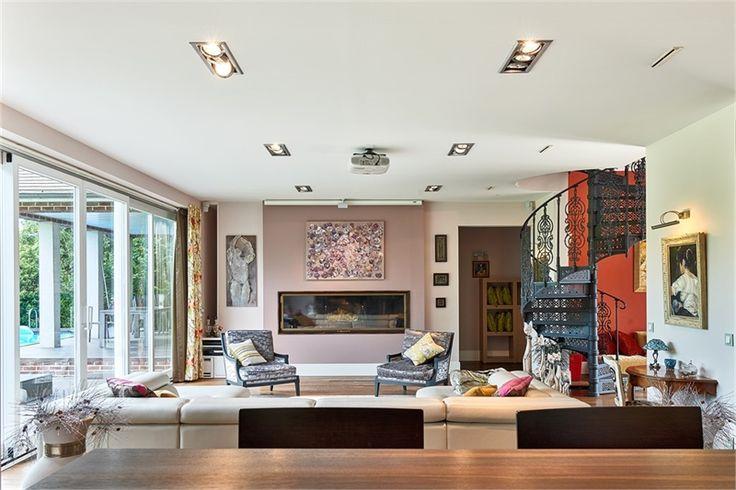 EXCEPTIONNELLE ! Voilà comment on pourrait décrire cette maison à vendre en exclusivité chez Capifrance à Magny le Hongre.    Villa d'architecte de 340 m² composée de 11 pièces dont 5 chambres et d'un magnifique jardin de 1100 m².    Plus d'infos > Ange Lonis, conseiller immobilier Capifrance.
