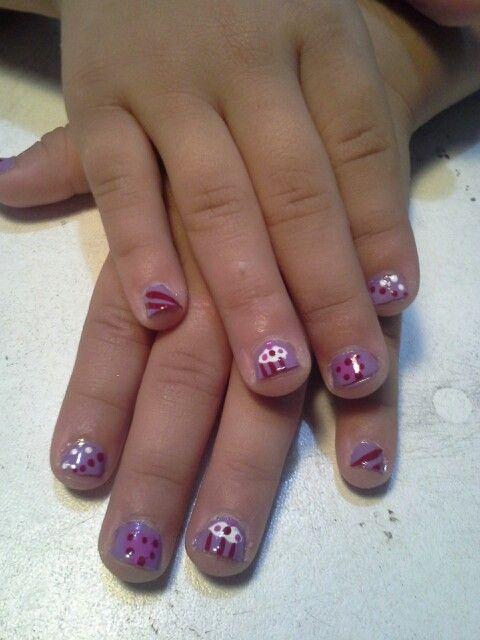 Uñas de mi niña hermosa, lilas, puntos, líneas, corazón y cup cake ...