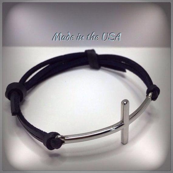 Cruz lateral de acero inoxidable y pulsera de cuero ajustable