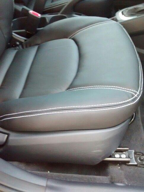 Kia Rio Sedan. Fondo silla delantera. Se puede observar el contorno en costuras dobles blancas.