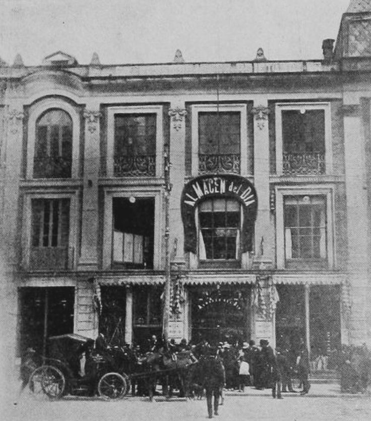 Almacén del Día, situado en la Plaza de Bolivar de Bogotá en 1918. Propiedad de Indalecio Lievano, el edificio es hoy sede de la Alcaldía Mayor de Bogotá. La historia del Palacio se remonta al incendio de 1900 que consumió la Galería Arrubla, el primer centro comercial de Bogotá que ardió por tres días hasta convertirse en cenizas. La conflagración también alcanzó todo el archivo del Cabildo de la ciudad, con cuatro siglos de historia, incluida el Acta de Independencia. El propietario de la…