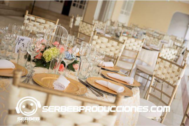 Mesas con manteleria de lujo para tu boda boda dorada for Sillas para novios