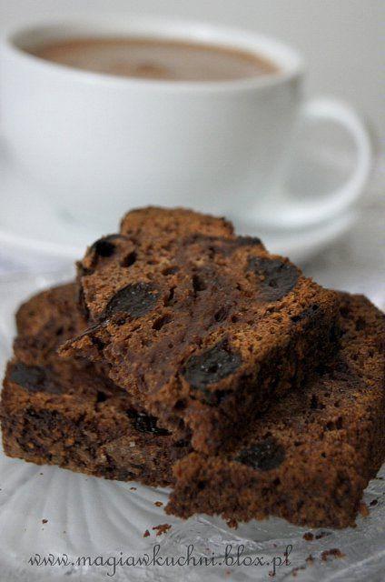 Moist chocolate brownie with ginger and plum. / Wilgotny czekoladowy piernik z imbirem i śliwką.