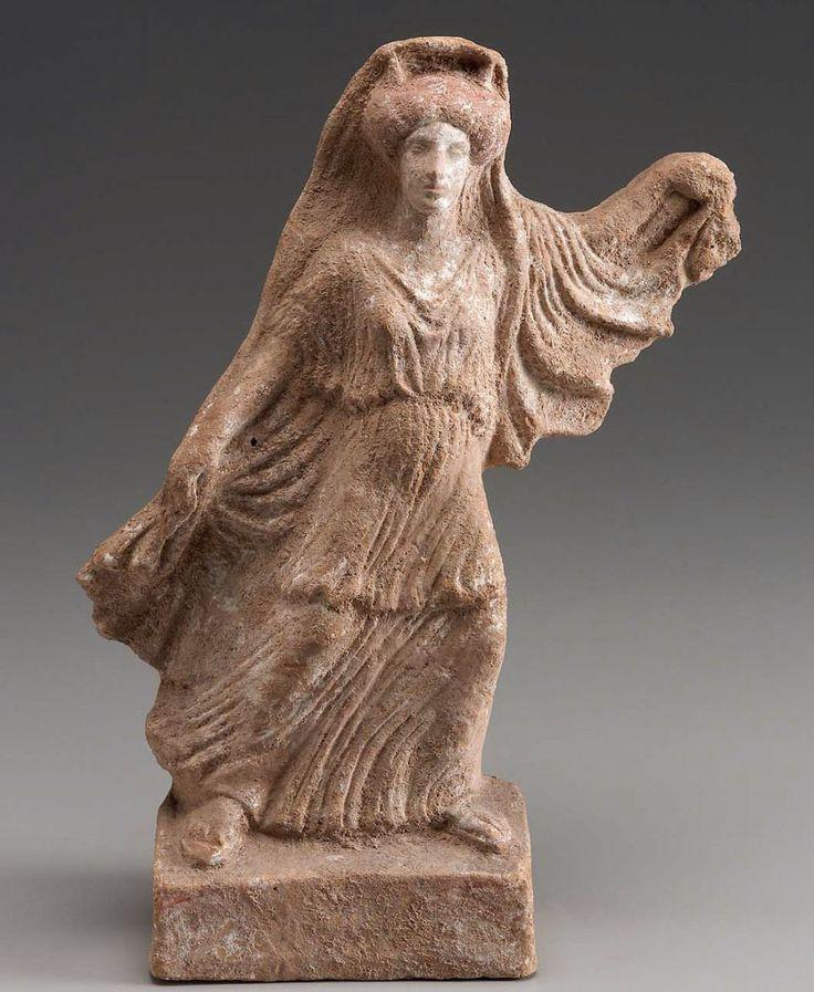 Ιώ Πήλινο ειδώλιο με την Ιώ. Διακρίνονται δύο κέρατα στο κεφάλι της. Βοστόνη, Μουσείο Καλών Τεχνών, 01.7904