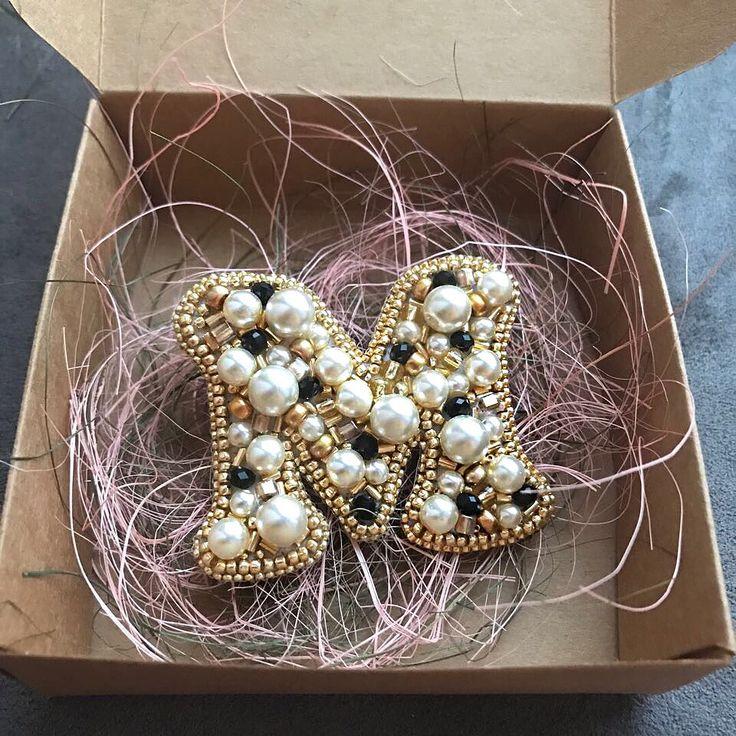 Доброго воскресенья, наши дорогие✨ Как настроение Ваше?) Скажите честно, есть у нас в подписчиках те, кто уже начал готовиться к Новому Году? . Мы давно начали☺ Вот ждем Рождественскую упаковку, чтобы заворачивать Ваши брошки и дарить атмосферу❤ #handmade_ru_jewellery #брошьизбисера #брошь #купитьброшь #брошьвподарок #брошьнапальто #брошка #брошьинициал #брошьшанель #брошьchanel