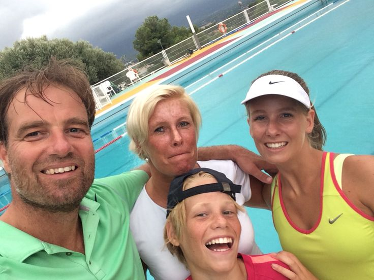 After Padel, a dive in 'la piscina del club de tennis de Tortosa.  We did a 75 minutes workout on the Padel court. A sport which was founded in Mexico and is very popular in Mexico, Argentina and Spain.  Are the Netherlands ready for it? According to us... Yes!!!!