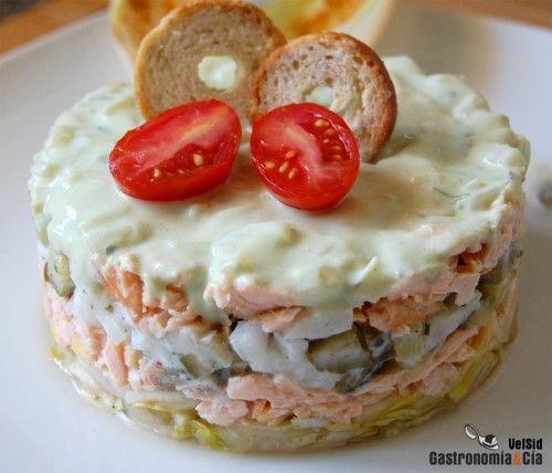 ensalada de salmon con endivias y salsa de yogyr