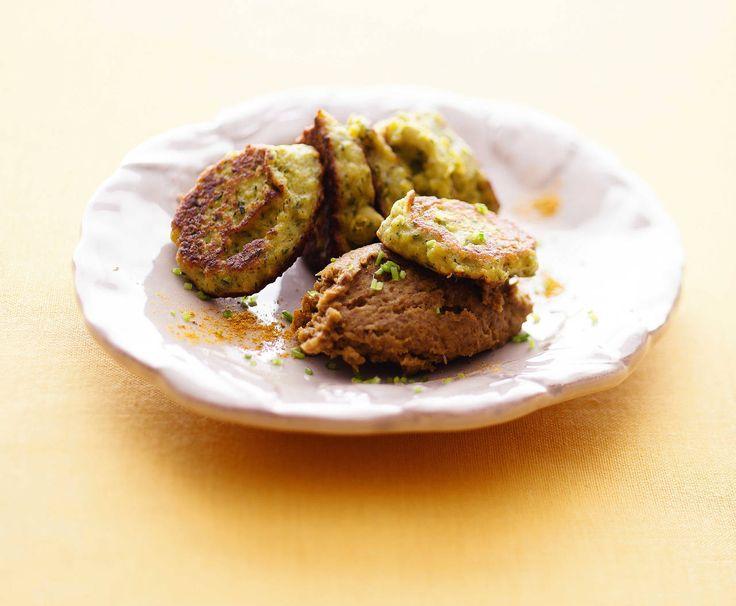 I sani legumi fanno da base sia per la mousse che per le frittelline, dando vita a un antipasto o secondo piatto vegetale al 100%
