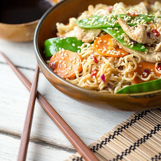 Asiatische Eiernudeln mit Hähnchen und geröstetem Sesam