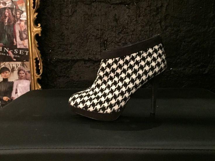 Tronchetto con tacco alto in pied de poule.  #Roma #shopping #bcomebellezza #fashion #scarpe