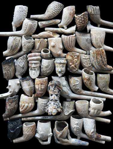 Vieilles pipes en grès trouvées dans la Tamise | Antique clay smoking pipes, Thames River finds.