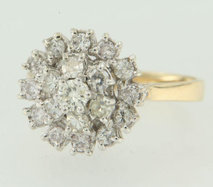 bicolor gouden rozetring met 19 achtkant en briljant geslepen diamanten totaal ca. 100 ct H/SI-I1  ring is aan de boven zijde circa 14 cm breed  de diamanten zijn gezet in witgoudbezet met 19 briljant geslepen diamanten - 12 x 21 mm ( circa 004 ct ) totaal circa 048 caraat - 6 x 26 mm ( circa 006 ct) totaal circa 036 caraat - 1 x 34 mm ( circa 016 ct) totaal circa 016 caraattotaal gewicht diamant 100 caraatkleur : Hzuiverheid : SI-I1 ring wordt gratis vermaakt ( max 2 maten indien mogelijk…
