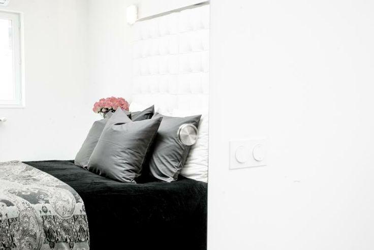 Vacation Home in Nice - Camera da letto principale - la riflessione sulla porta a vetri che conduce in grande con bagno-doccia